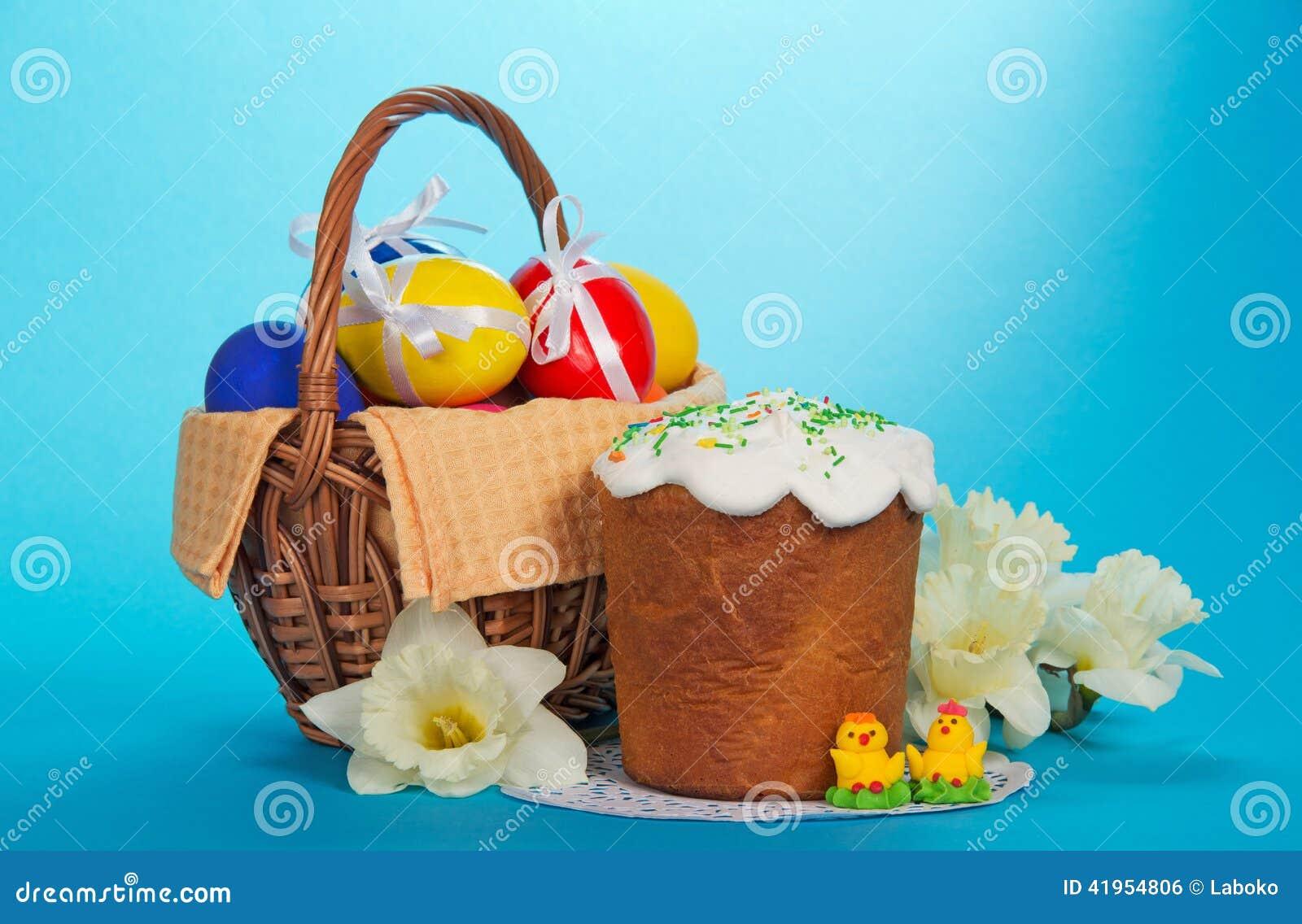 Huevos en una cesta, una torta de Pascua, y ramo