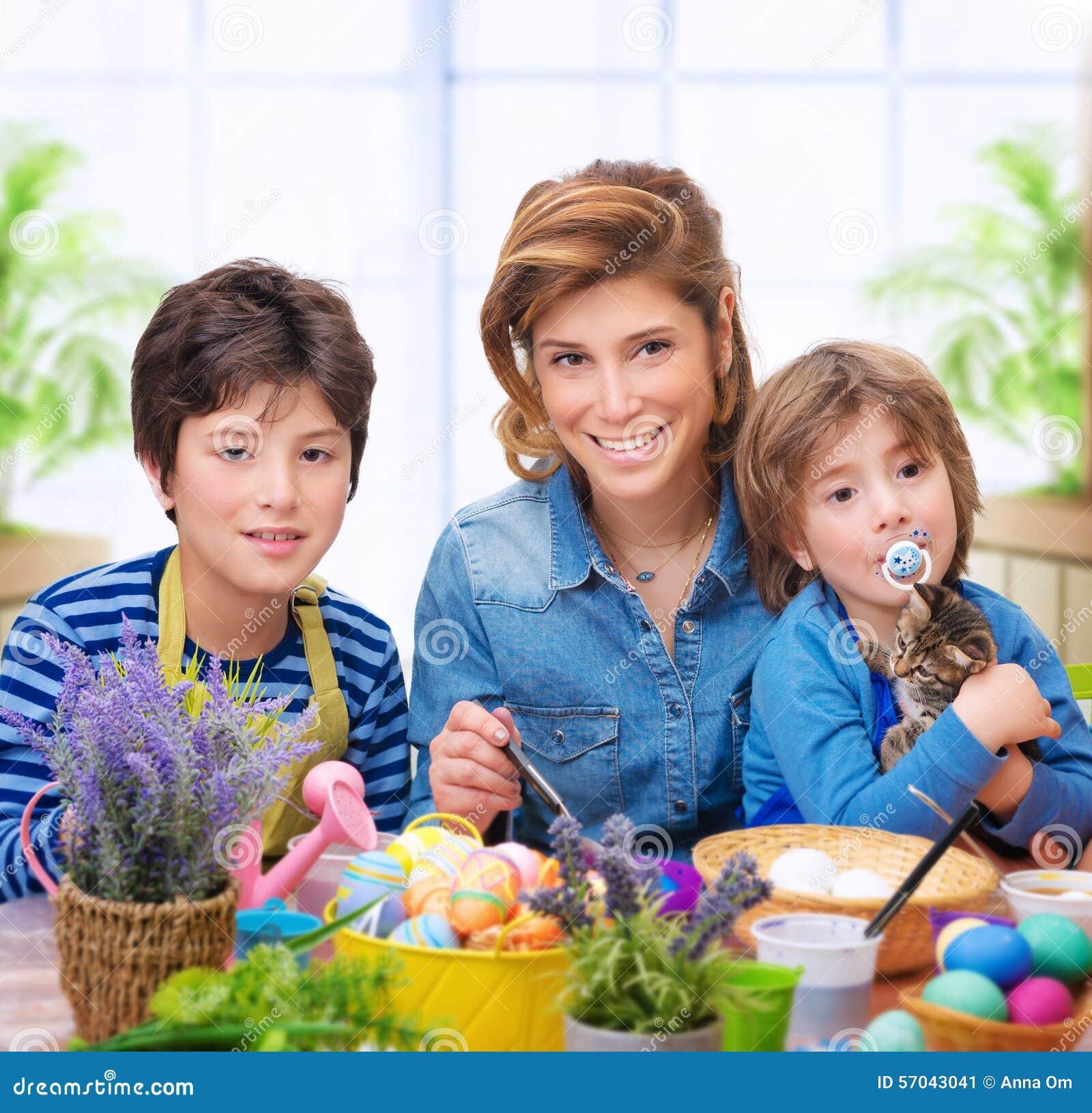 Huevos felices del colorante de la familia