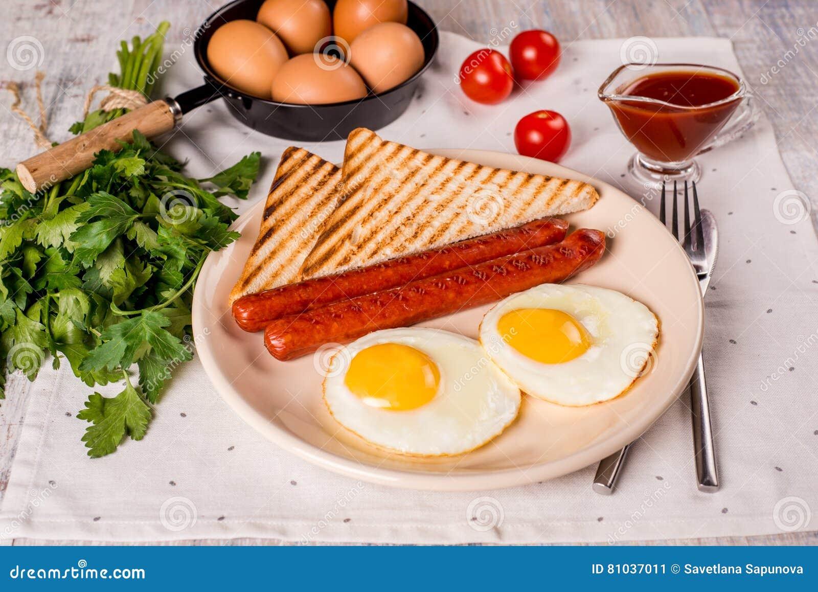 Huevos fritos con las salchichas
