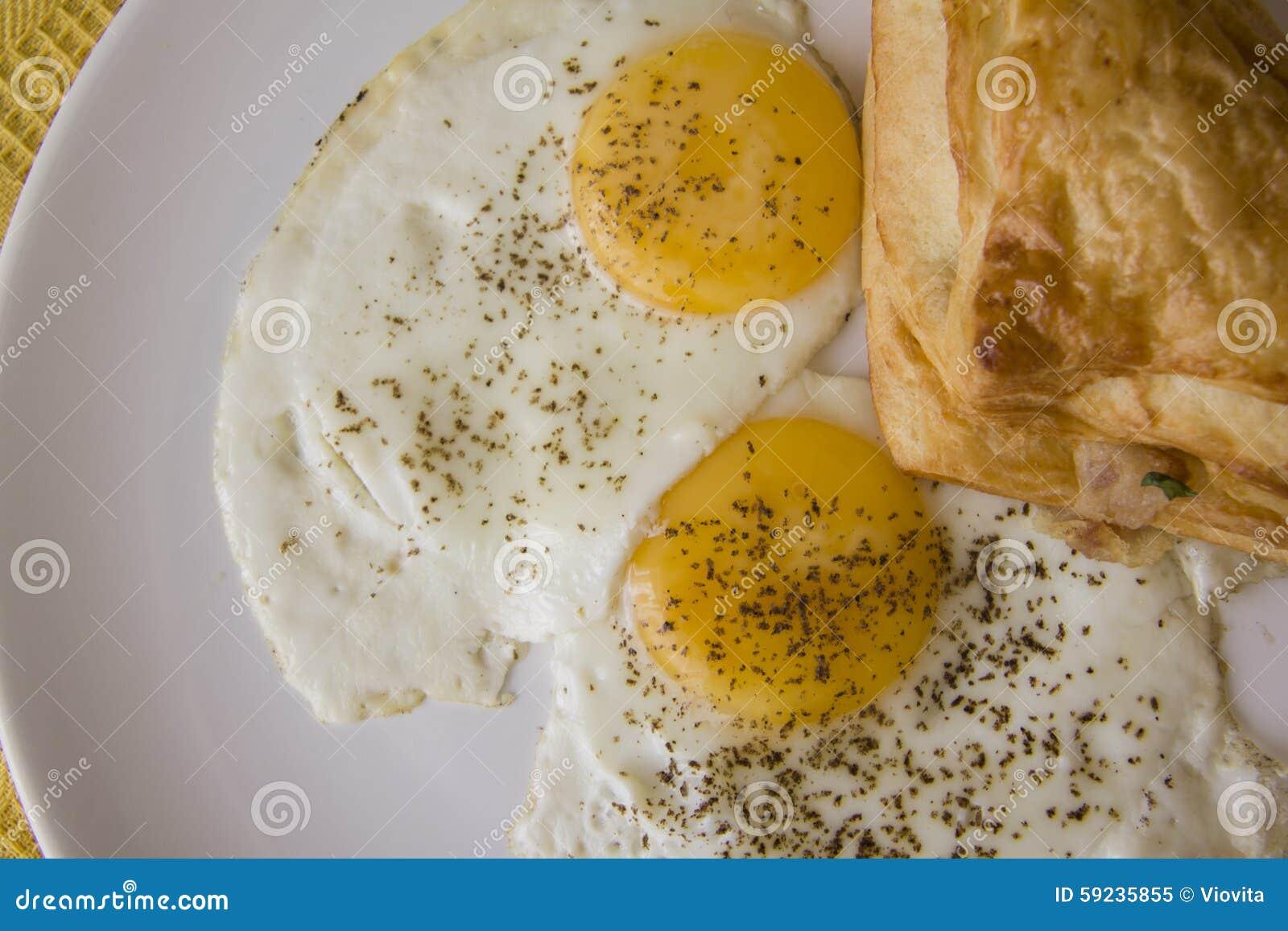 Huevos fritos y pasta de hojaldre