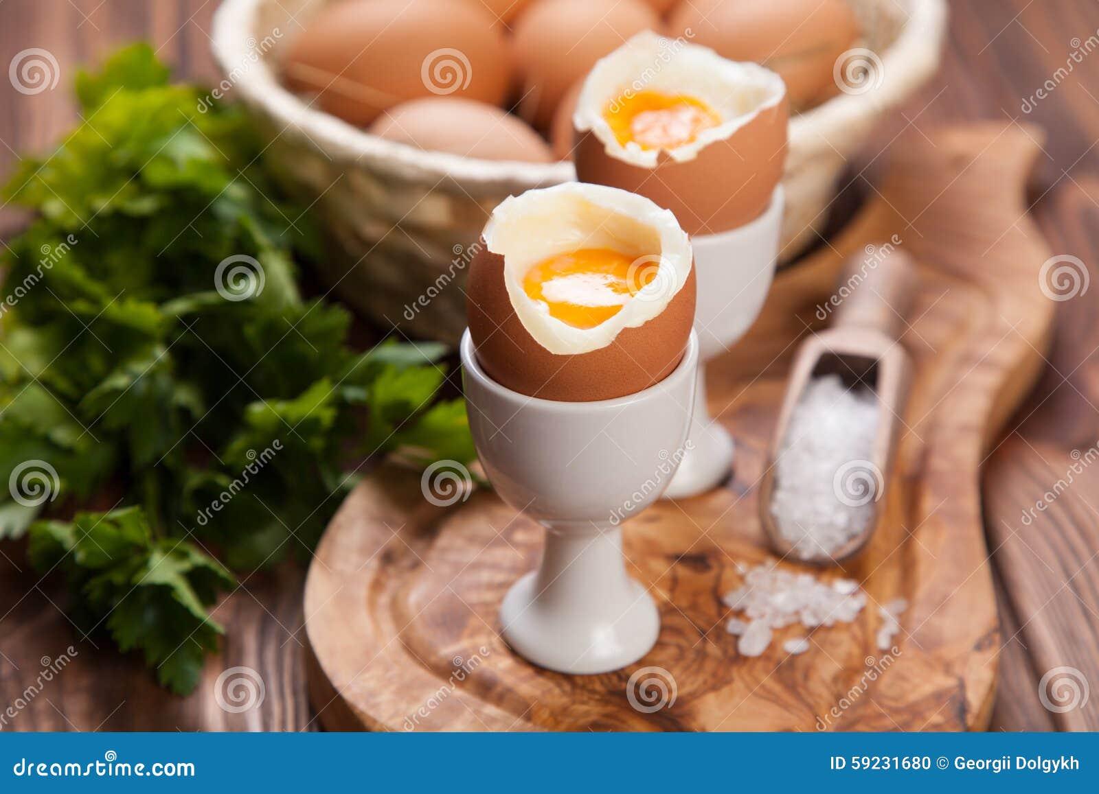 Download Huevos Hervidos En Un Fondo De Madera Foto de archivo - Imagen de desayuno, ingrediente: 59231680