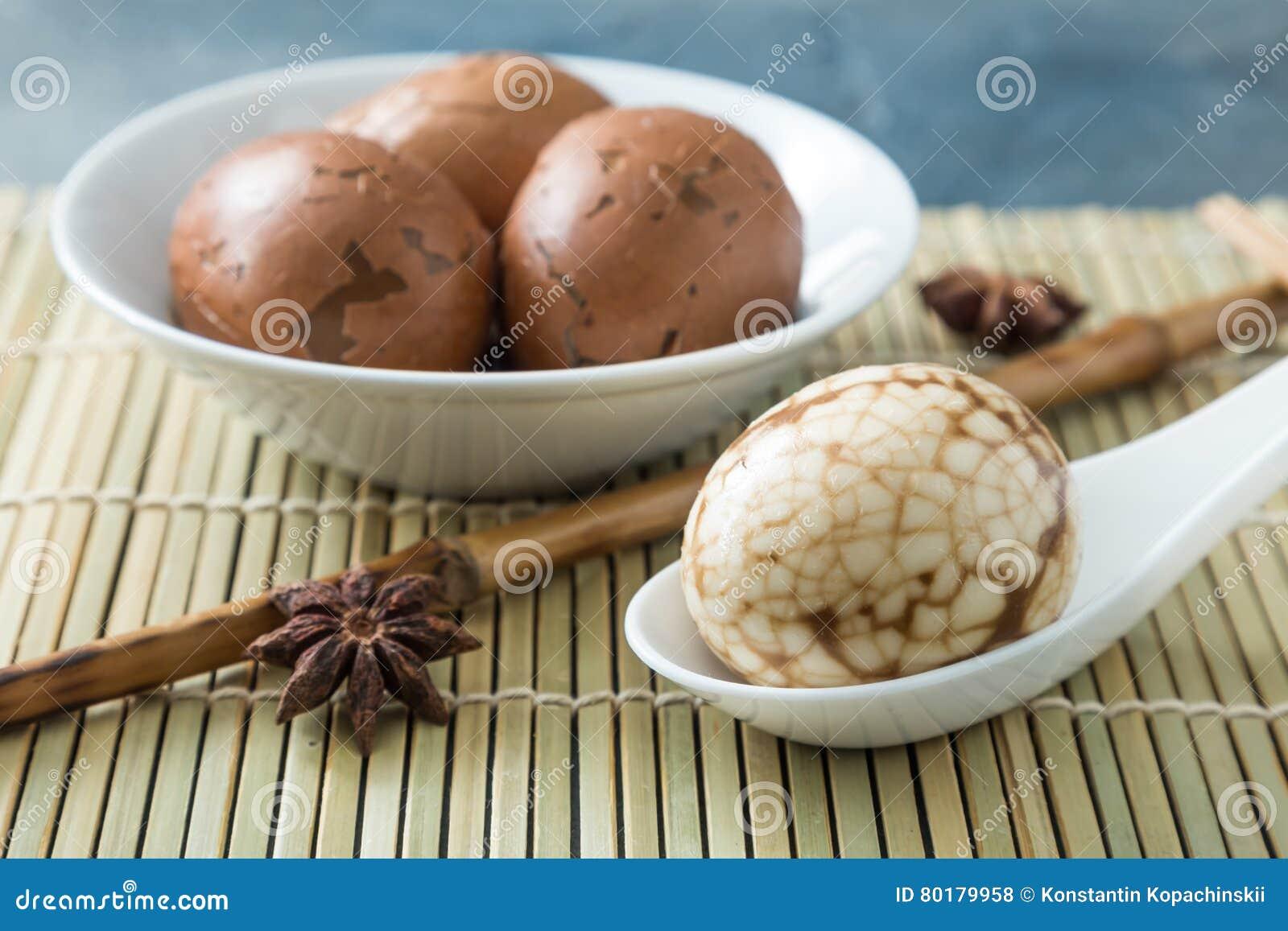 Huevos veteados chino duro del té