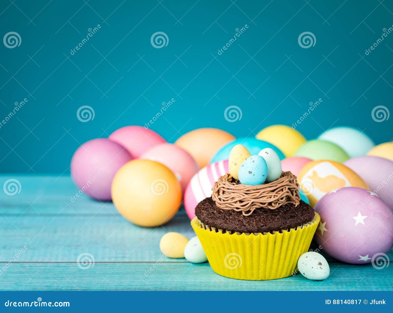 Huevos y magdalena de Pascua