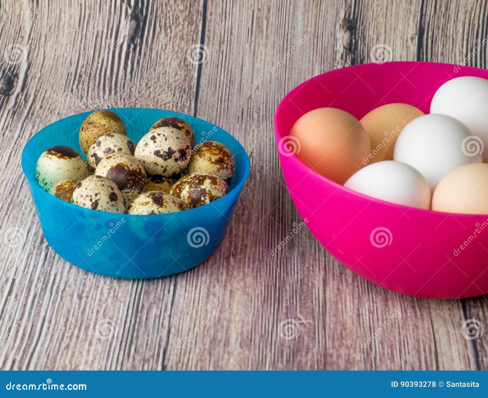Huevos Y Pollo De Codornices Para El Banquete De Pascua Para ...