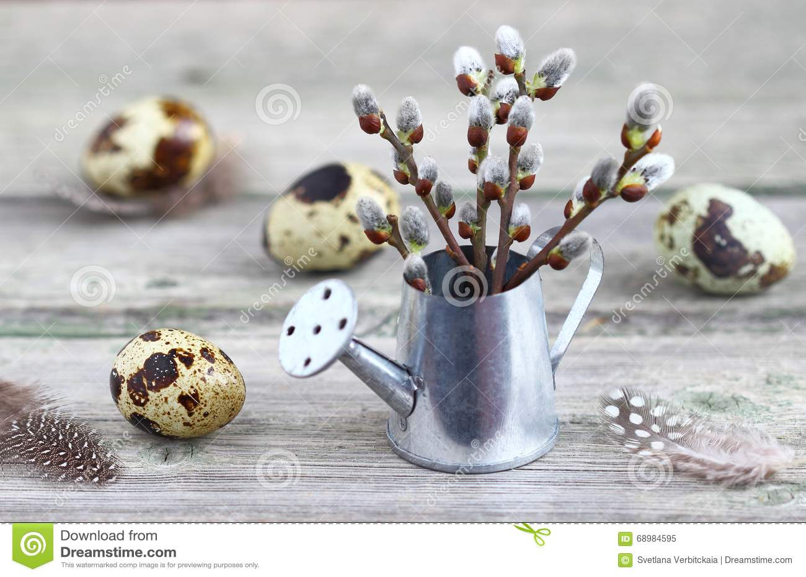 Huevos y sauce de codornices en una tabla de madera