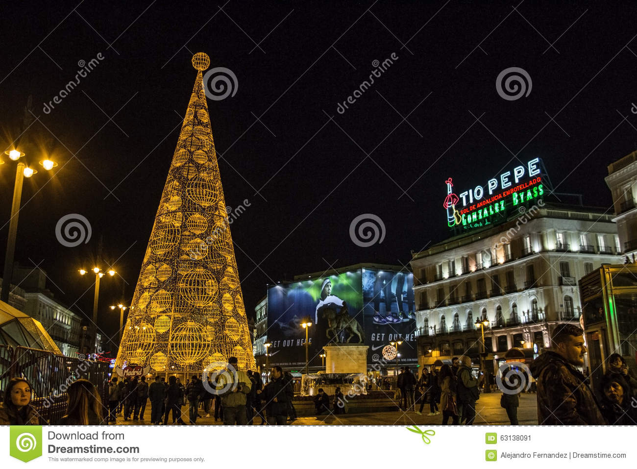 Huge christmas tree made of lights at puerta del sol for Puerta del sol 9 madrid