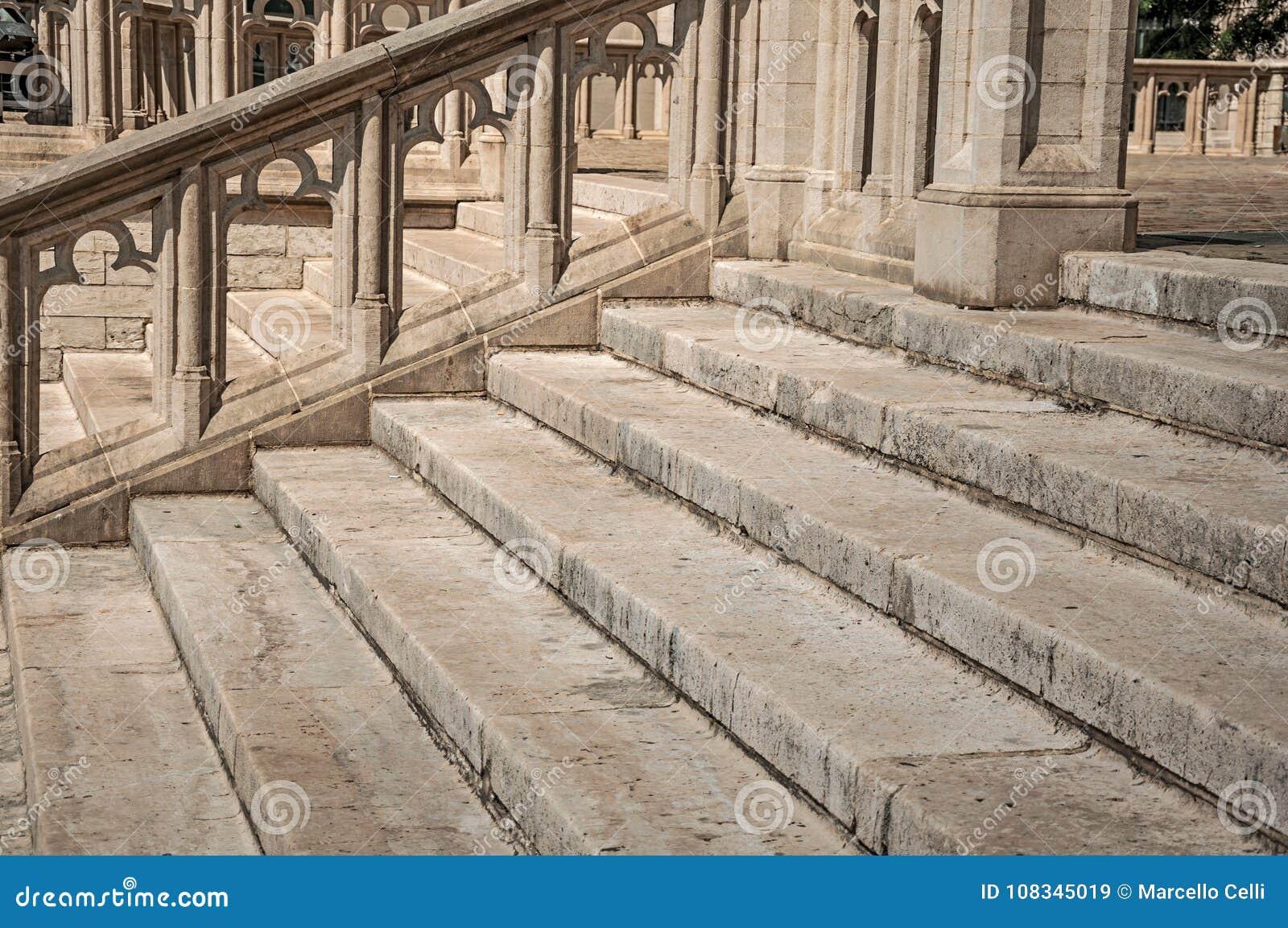 Huggen stengarnering och trappuppgång på domkyrkan av St Michael och St Gudula i Bryssel
