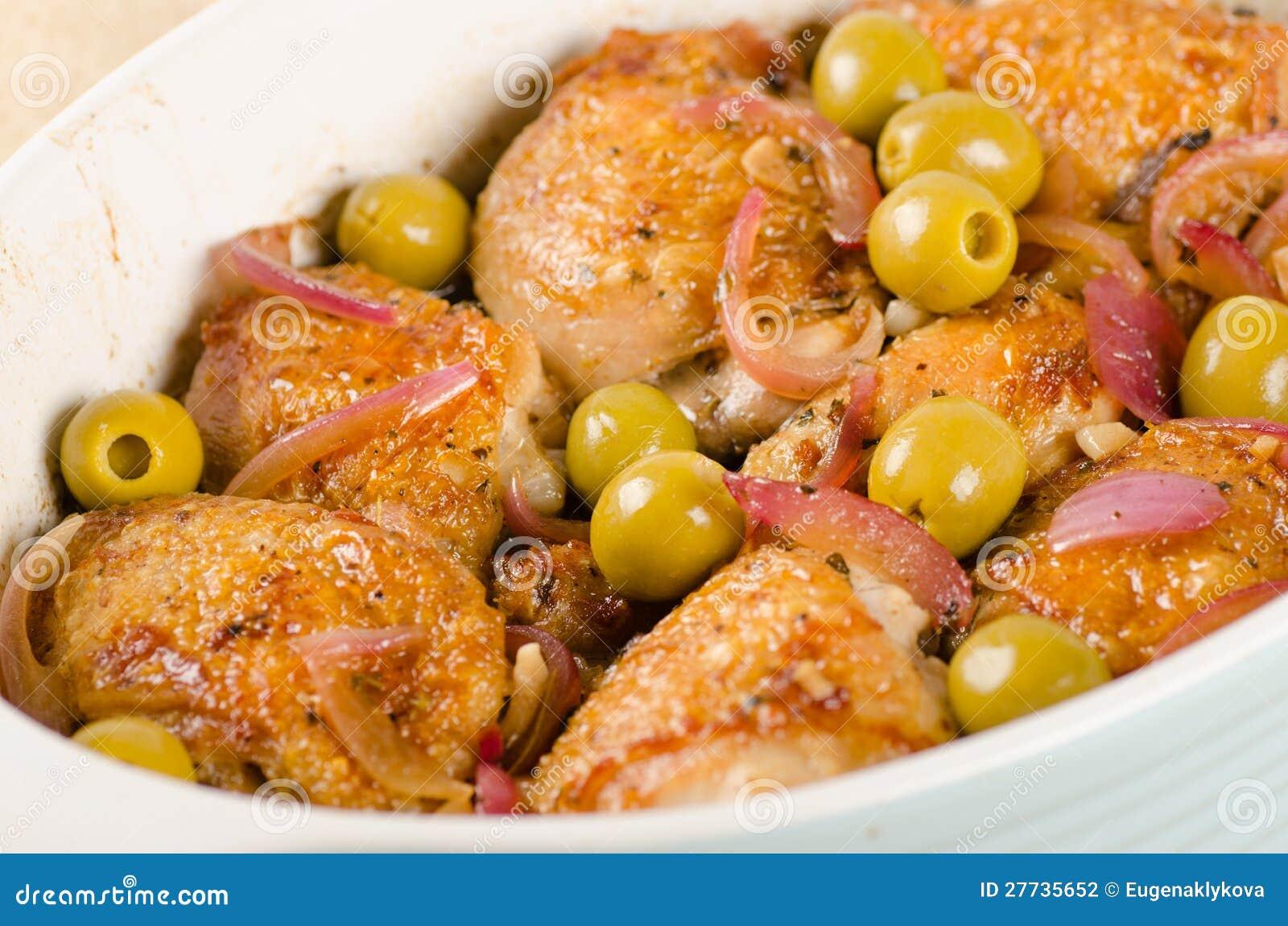 Huhn gebraten mit Oliven und roter Zwiebel