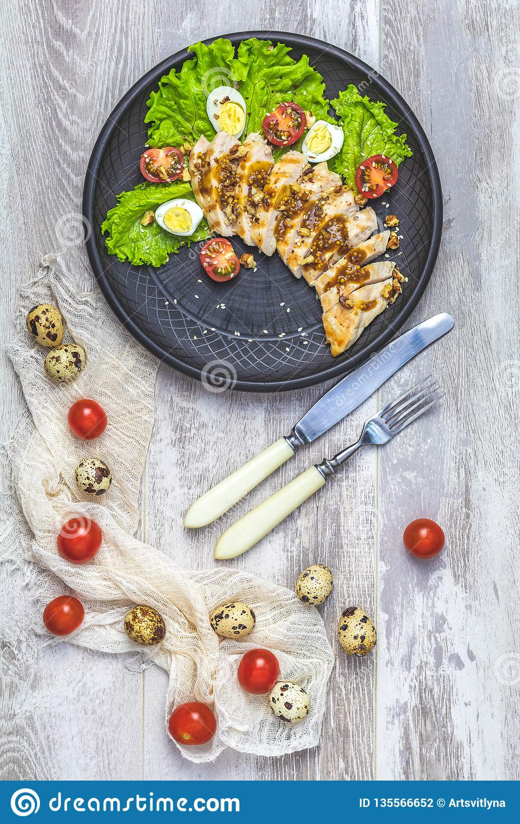 Huhn mit Honig und Senf pökeln, Kopfsalat, Wachteleier, Kirschtomaten
