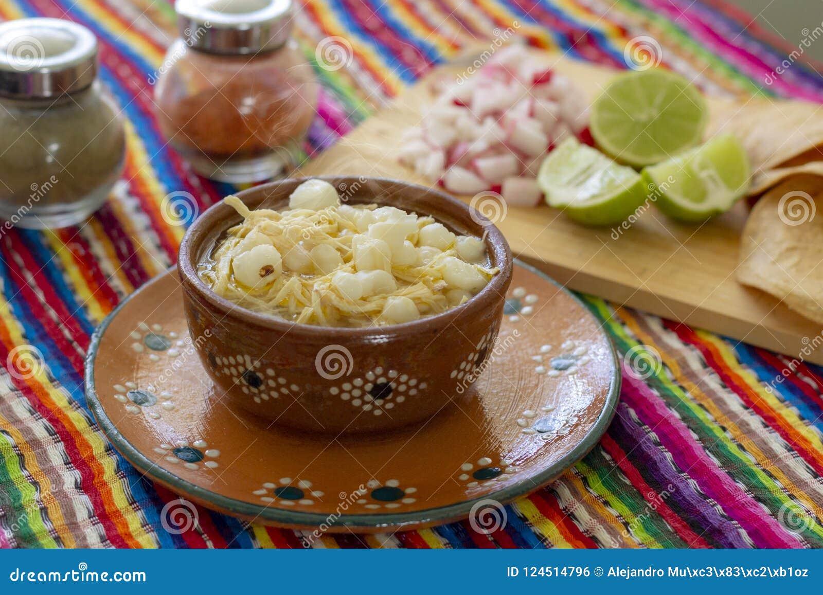 Huhn-pozole mit Rettichen, Zitronen und Toast