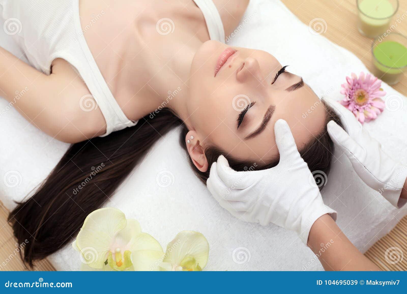 Huid en lichaamsverzorging Close-up van een Young Woman Getting Spa Behandeling bij Schoonheidssalon De Massage van het kuuroordg