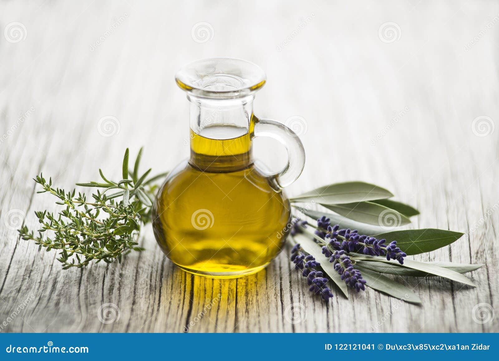 Huile d olive avec les herbes fraîches