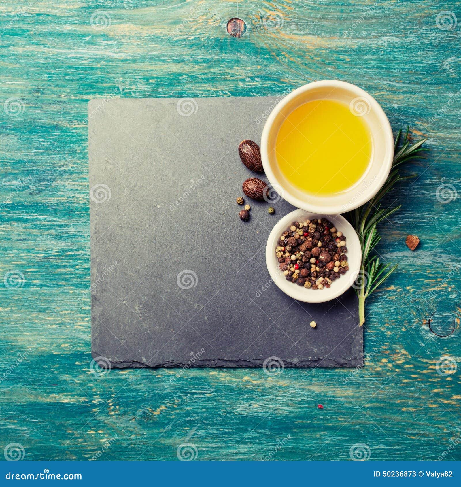 Huile d olive, poivre et brindille vierges supplémentaires de romarin
