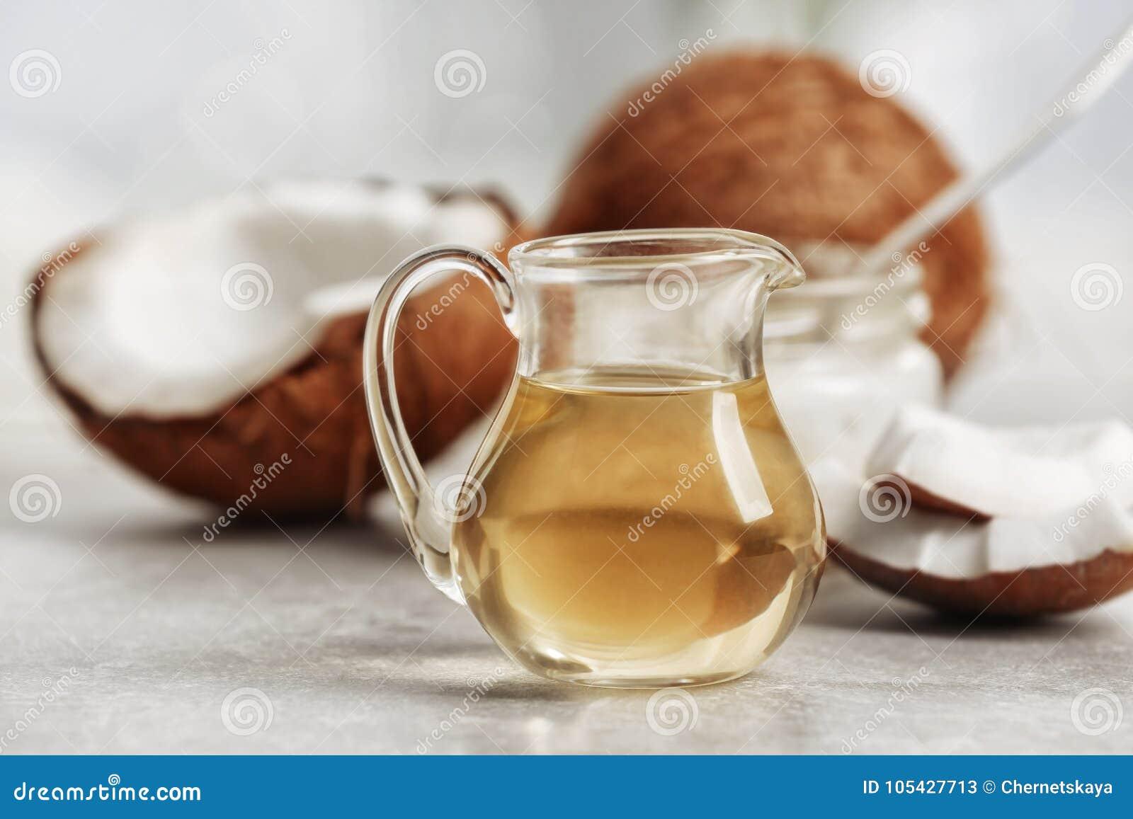 Huile de noix de coco fraîche en verrerie