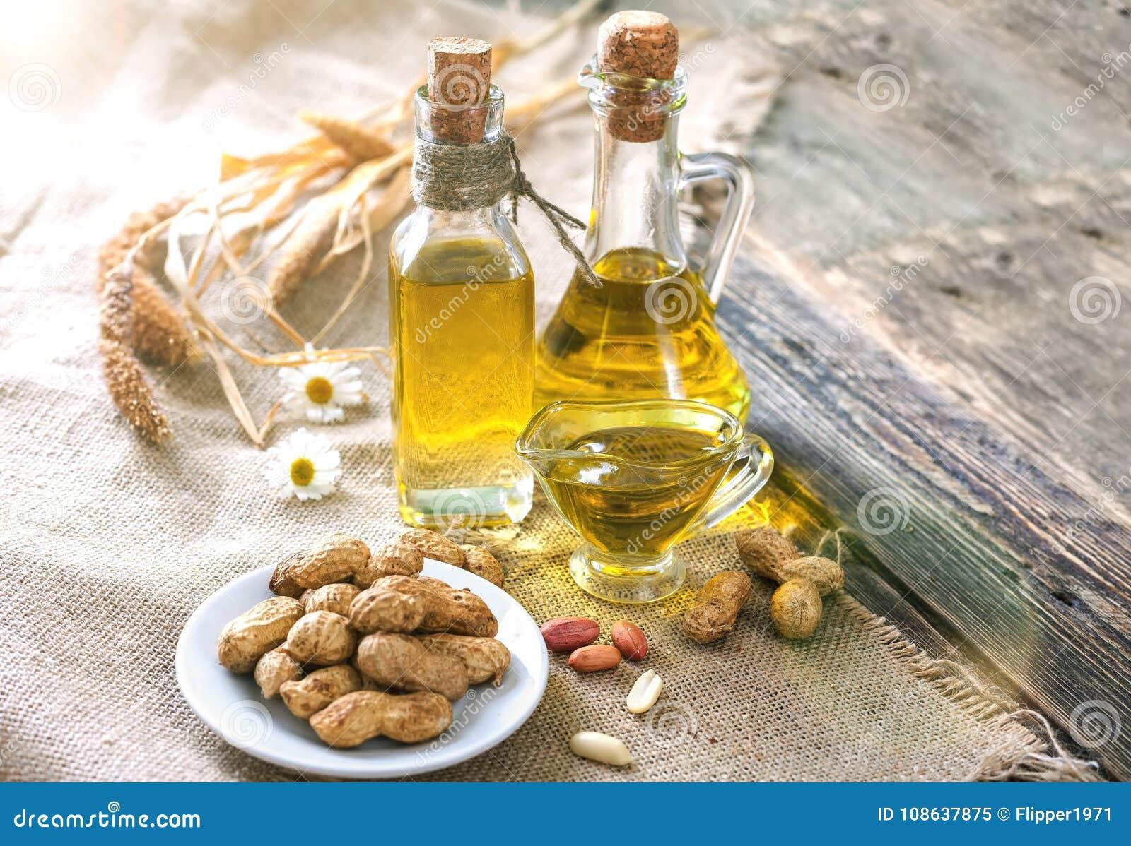 Huile et arachides d arachide sur une table en bois