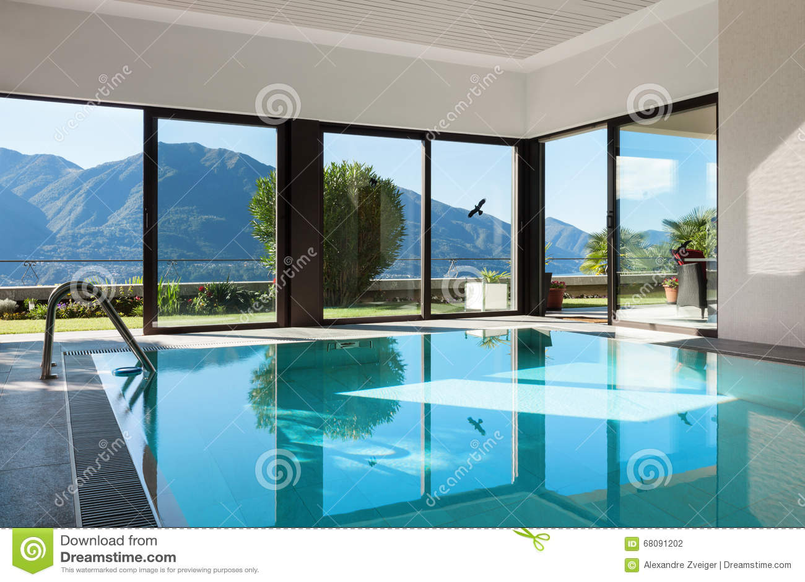 Huis binnen zwembad stock foto afbeelding bestaande uit gezond 68091202 - Zwembad huis ...