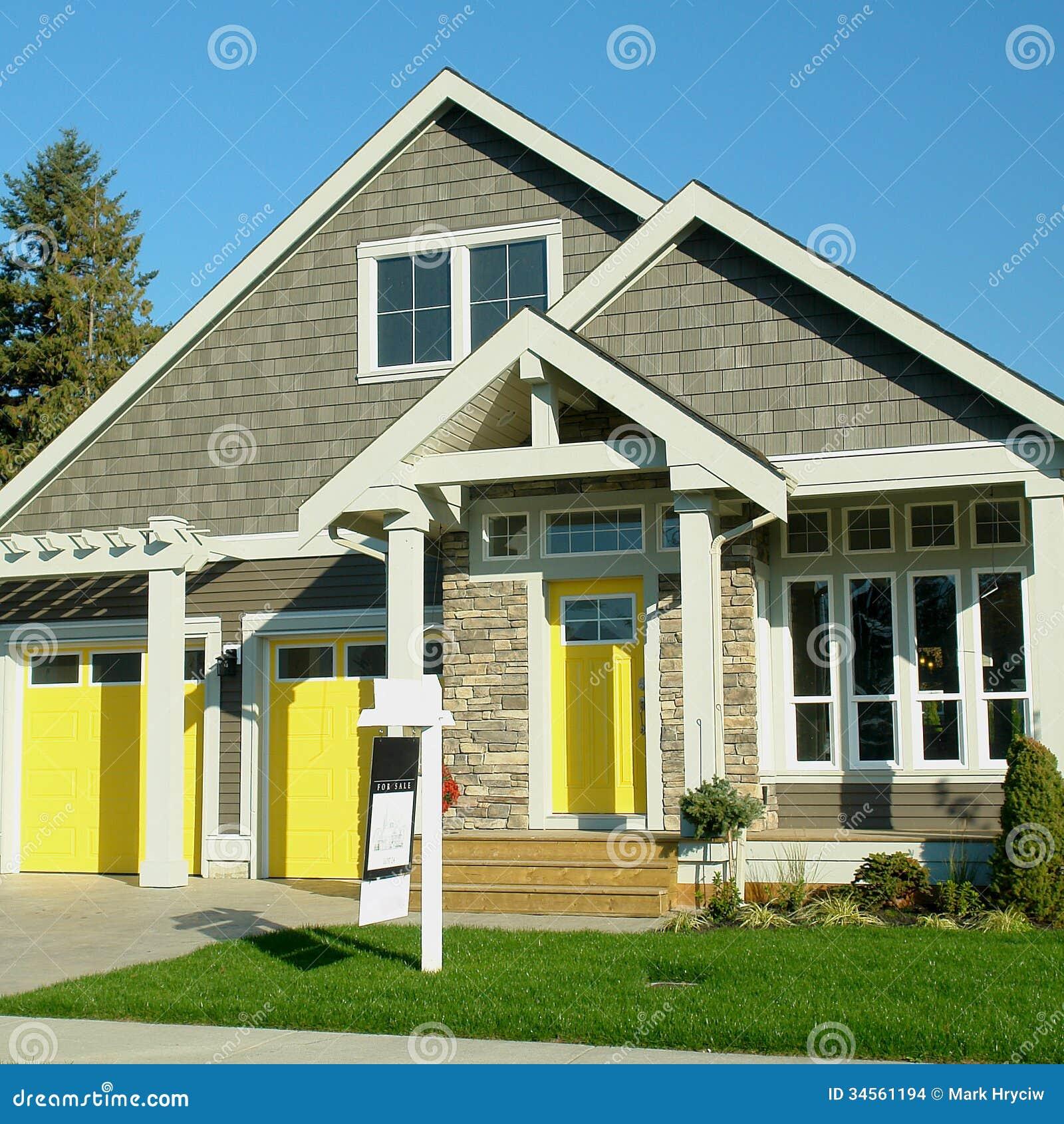 Huis buiten met gele deuren stock afbeeldingen afbeelding 34561194 - Huis van kind buiten ...