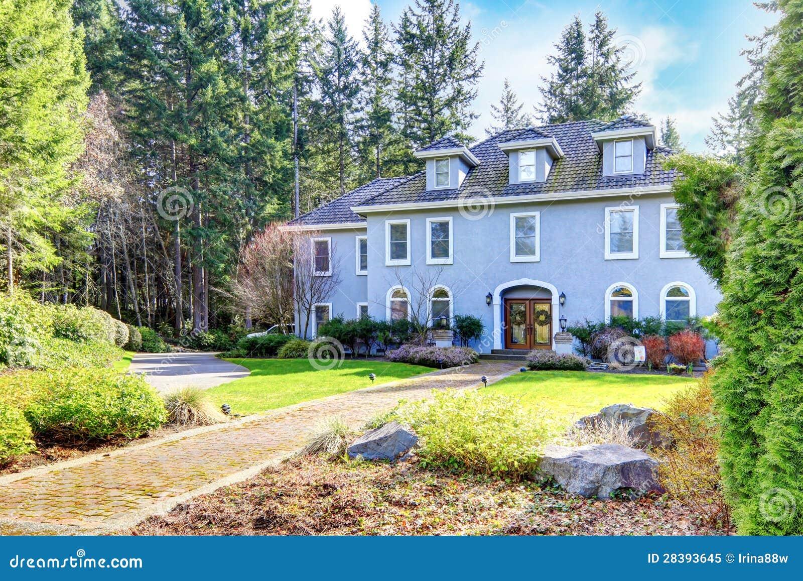 Huis buiten van groot grijs klassiek huis met pijnboombomen royalty vrije stock foto - Huis van kind buiten ...