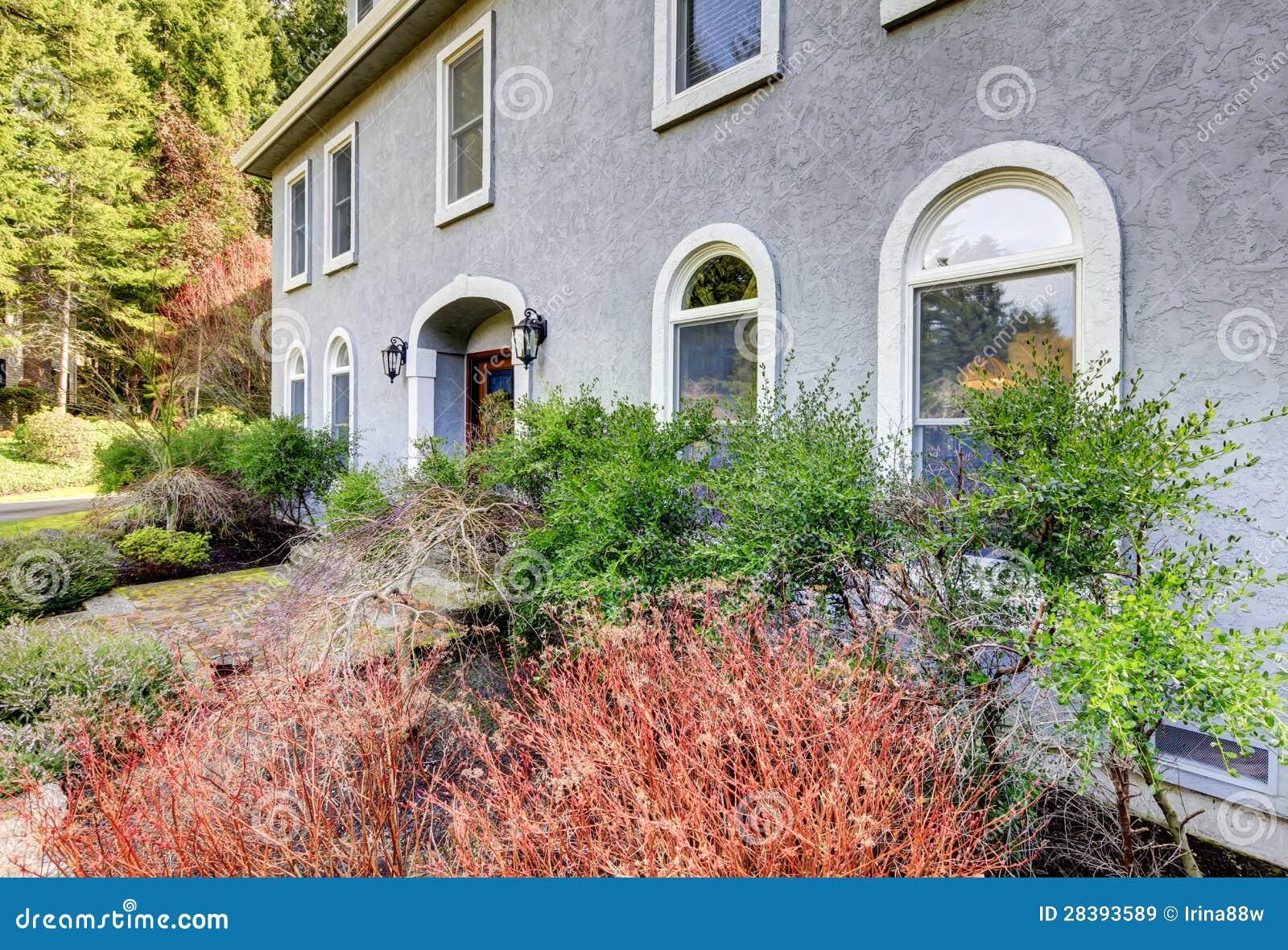 Huis buiten van groot grijs klassiek huis met vele smalle vensters royalty vrije stock - Huis van kind buiten ...