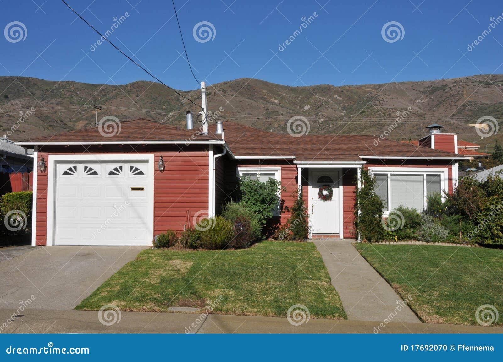 Huis dat door bomen en gras wordt omringd stock foto afbeelding 17692070 - Kleur gevel eigentijds huis ...
