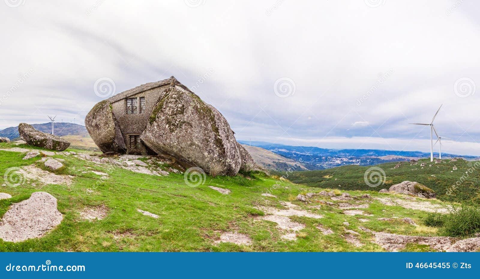 Huis dat tussen reusachtige rotsen wordt gebouwd stock foto beeld 46645455 - Tussen huis ...