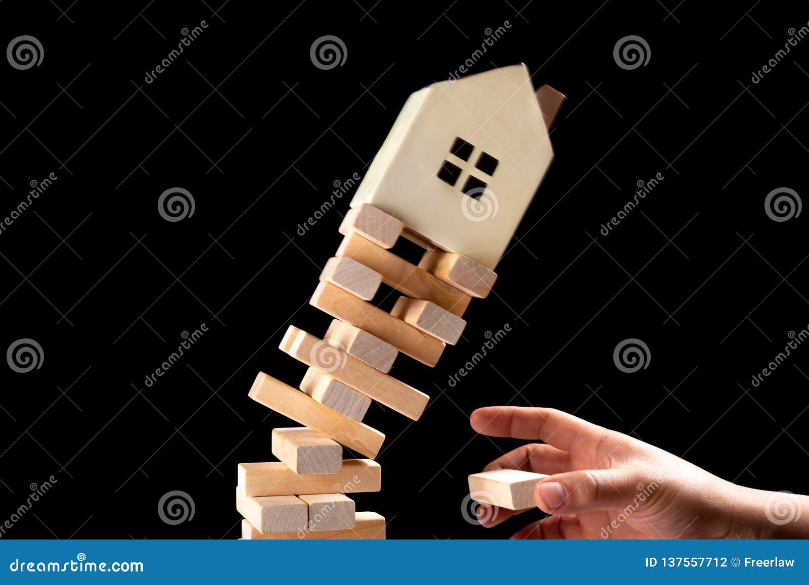 Huis die neer van onstabiel basisconcept vallen onroerende goedereninvesetment