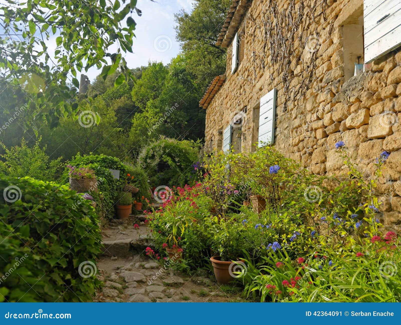 Huis en tuin in de provence stock afbeelding afbeelding for Huis in de tuin