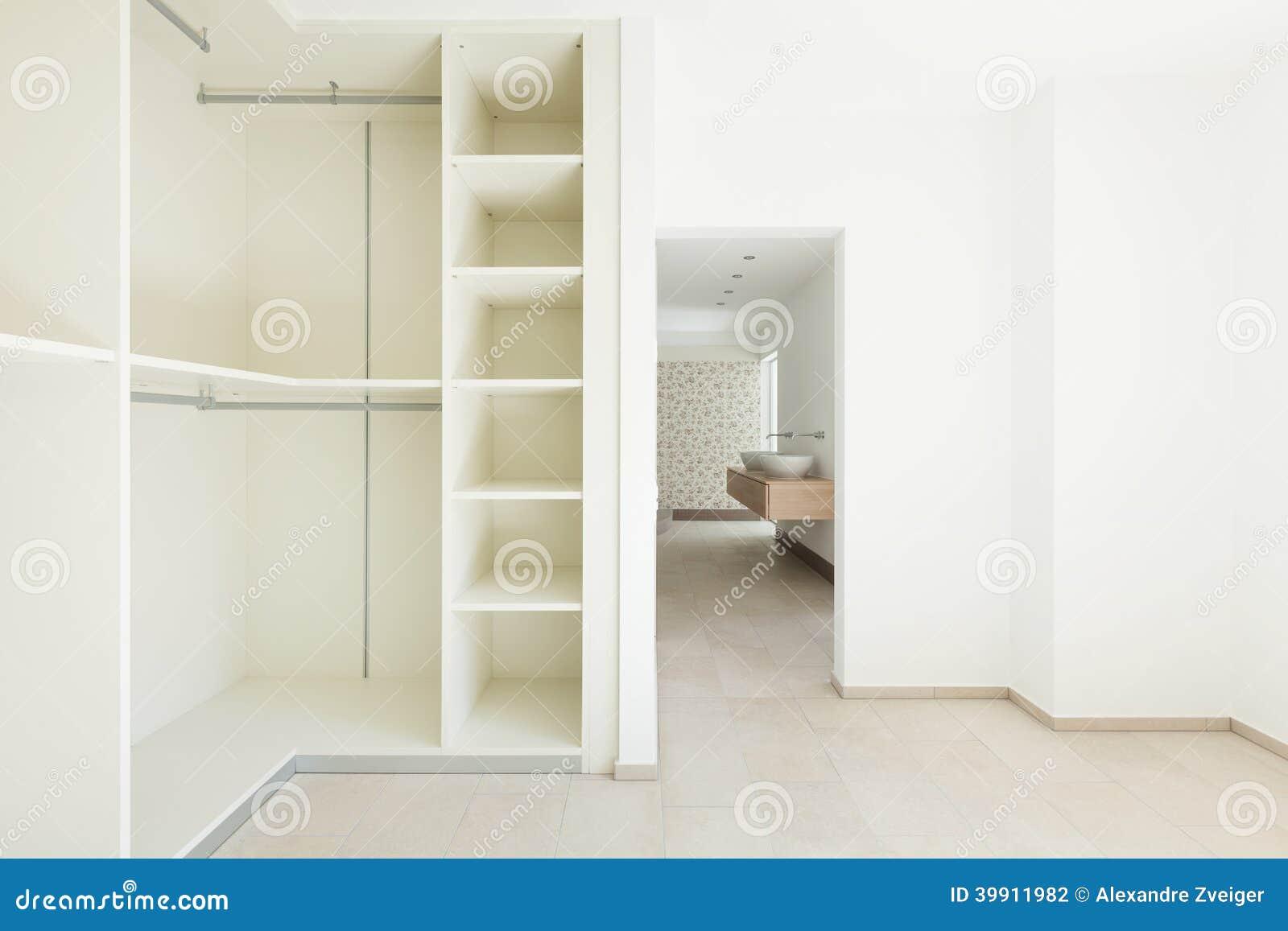 Huis grote kleedkamer stock foto afbeelding 39911982 - Grote kleedkamer ...