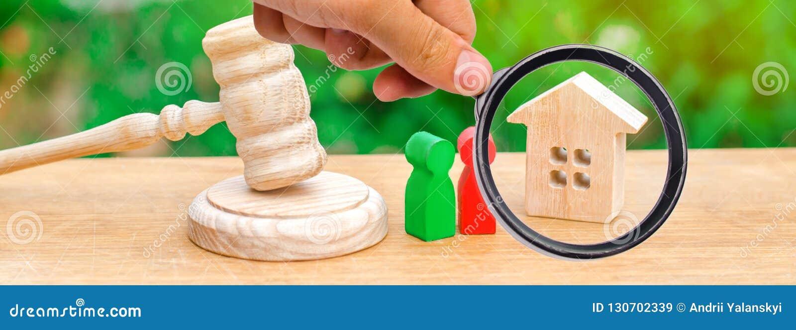 Huis, hamer van de rechter met houten cijfers van mensen Clarif