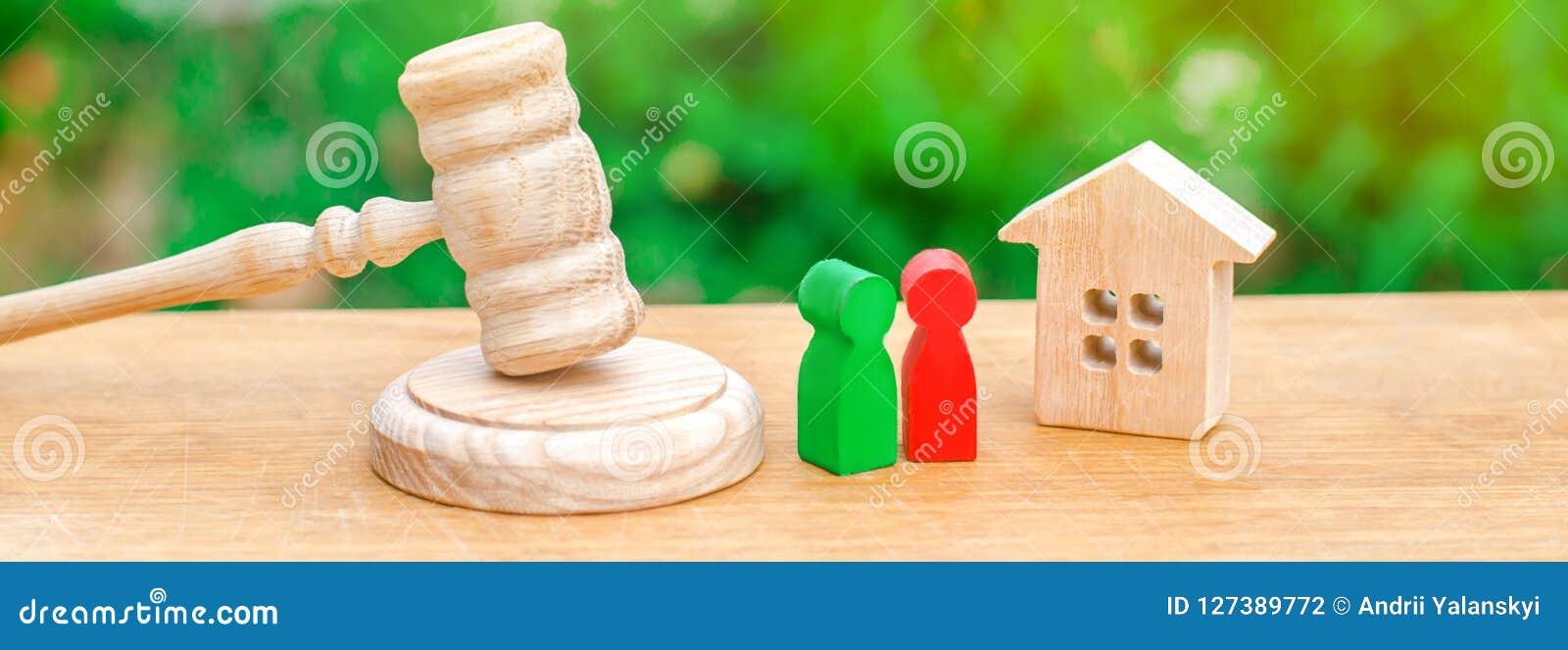 Huis, hamer van de rechter met houten cijfers van mensen Verduidelijking van eigendom van bezit Conceptenregeling van proces