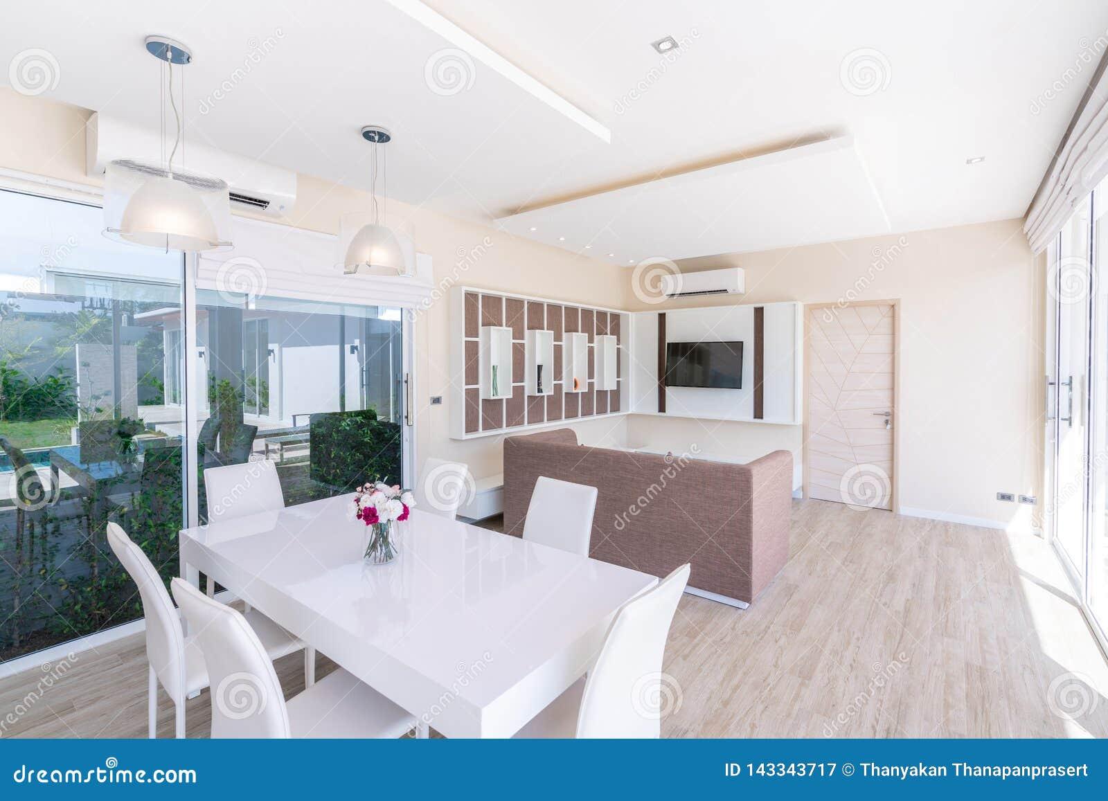 Huis of huis het binnenlandse ontwerp van de de bouwluxe in woonkamer van poolvilla s Luchtige en heldere ruimte met hoog opgehev