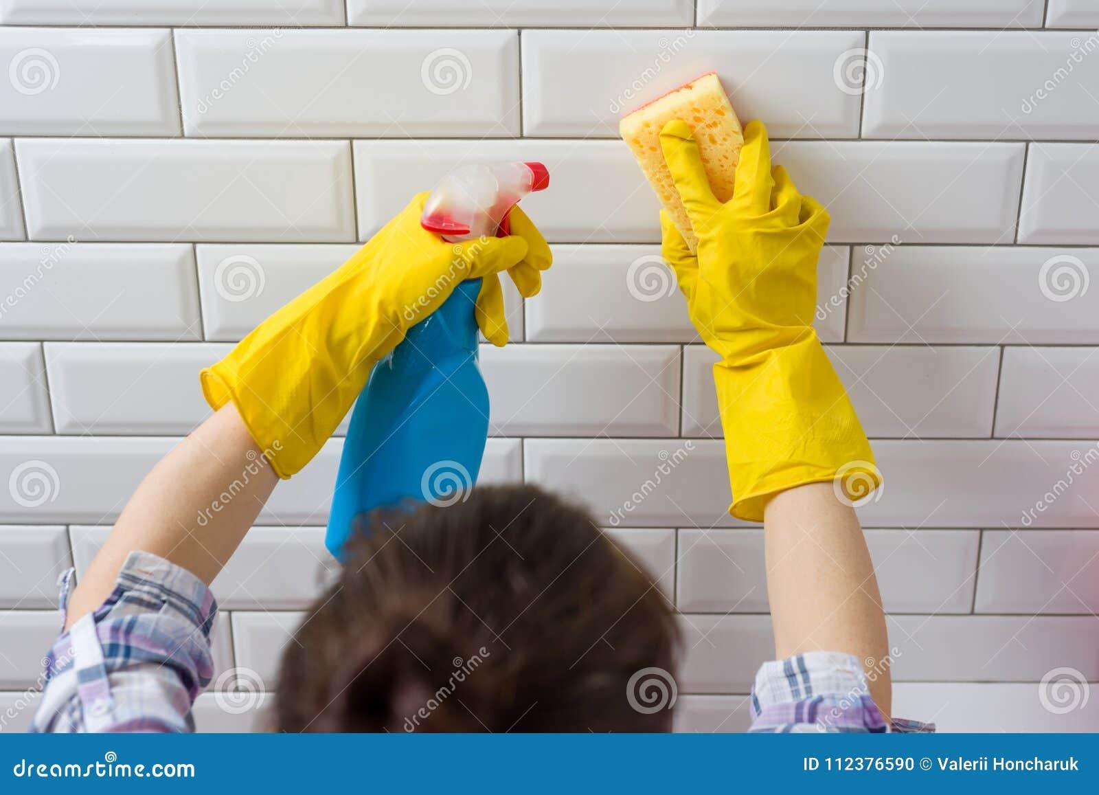 Huis het schoonmaken Vrouw die karweien in badkamers thuis doen