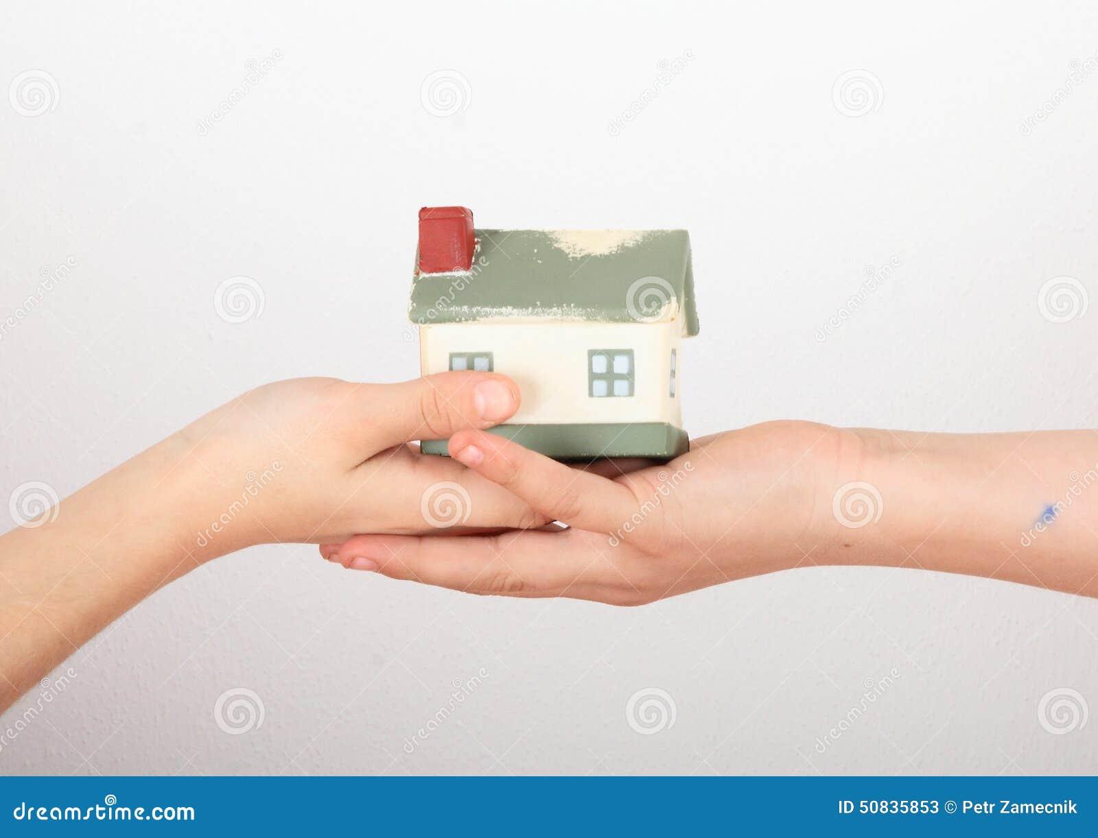 Huis in jonge geitjeshanden