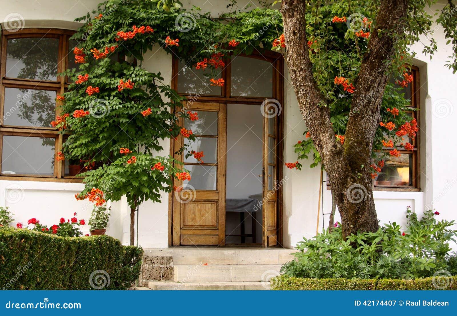 Huis met bloemen in de tuin stock afbeelding afbeelding for Huis in de tuin