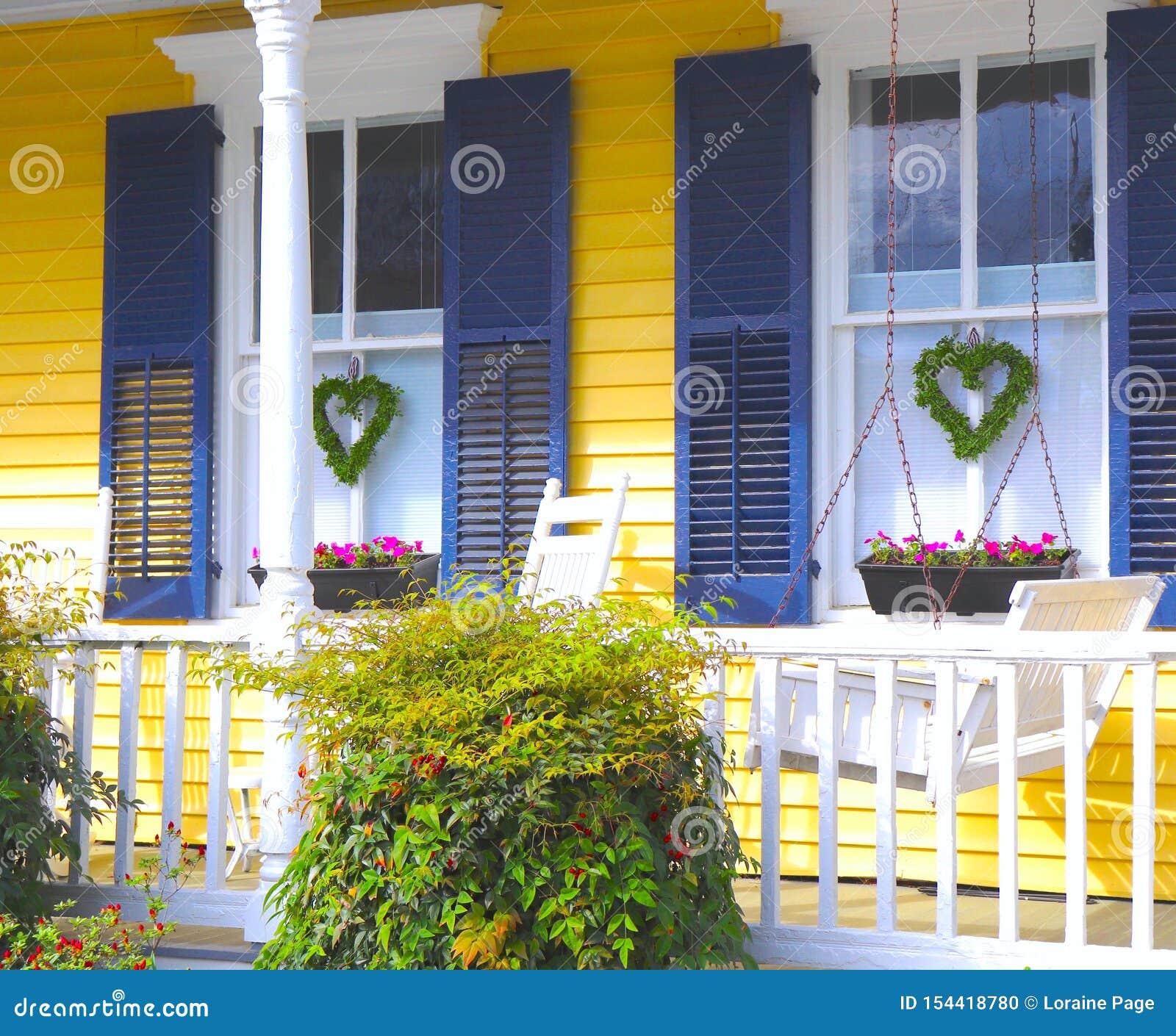 Huis met het Gele Opruimen en Kronen in Vorm van Harten