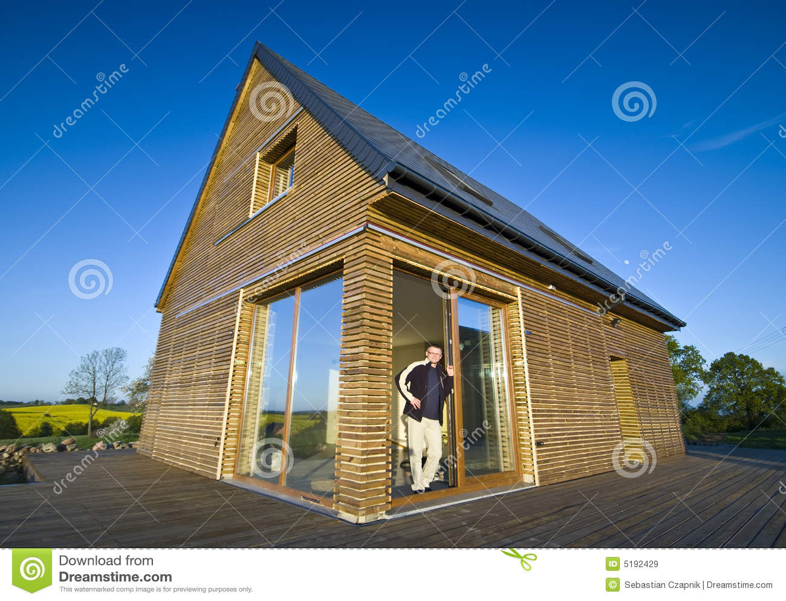Huis met houten buitenkant royalty vrije stock afbeeldingen afbeelding 5192429 for Hout huis