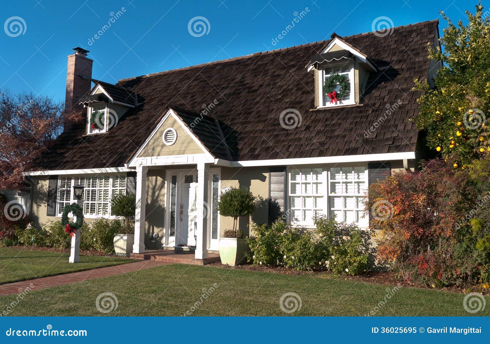 Huis met houten dak en twee zoldervensters