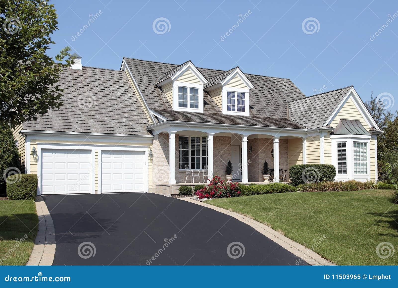 Huis met kolommen en dubbele garage stock afbeelding for Casa con garage laterale