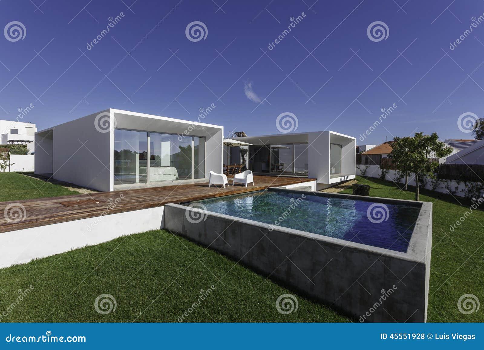 Huis met tuin zwembad en houten dek stock foto afbeelding
