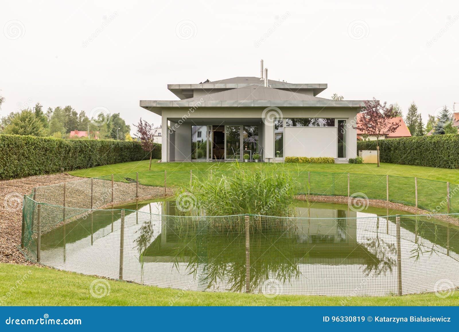 Huis met vijver