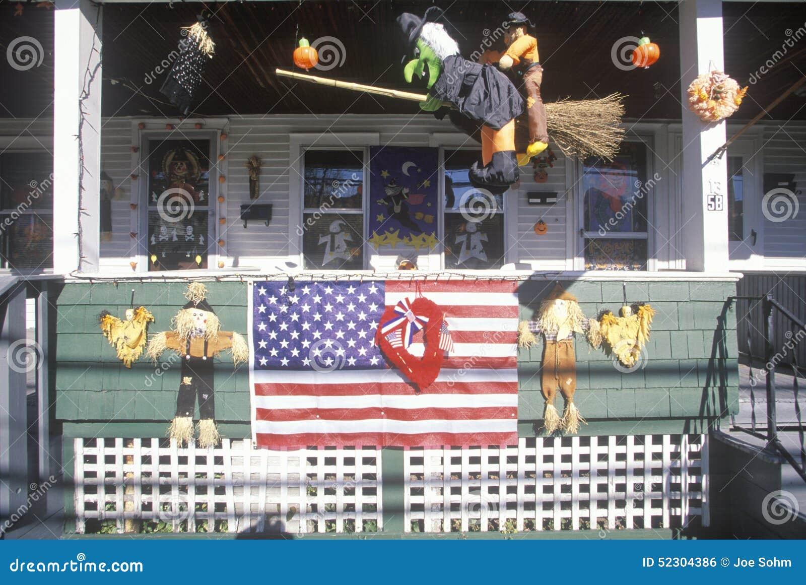 Huis met vlag en halloween decoratie new england redactionele