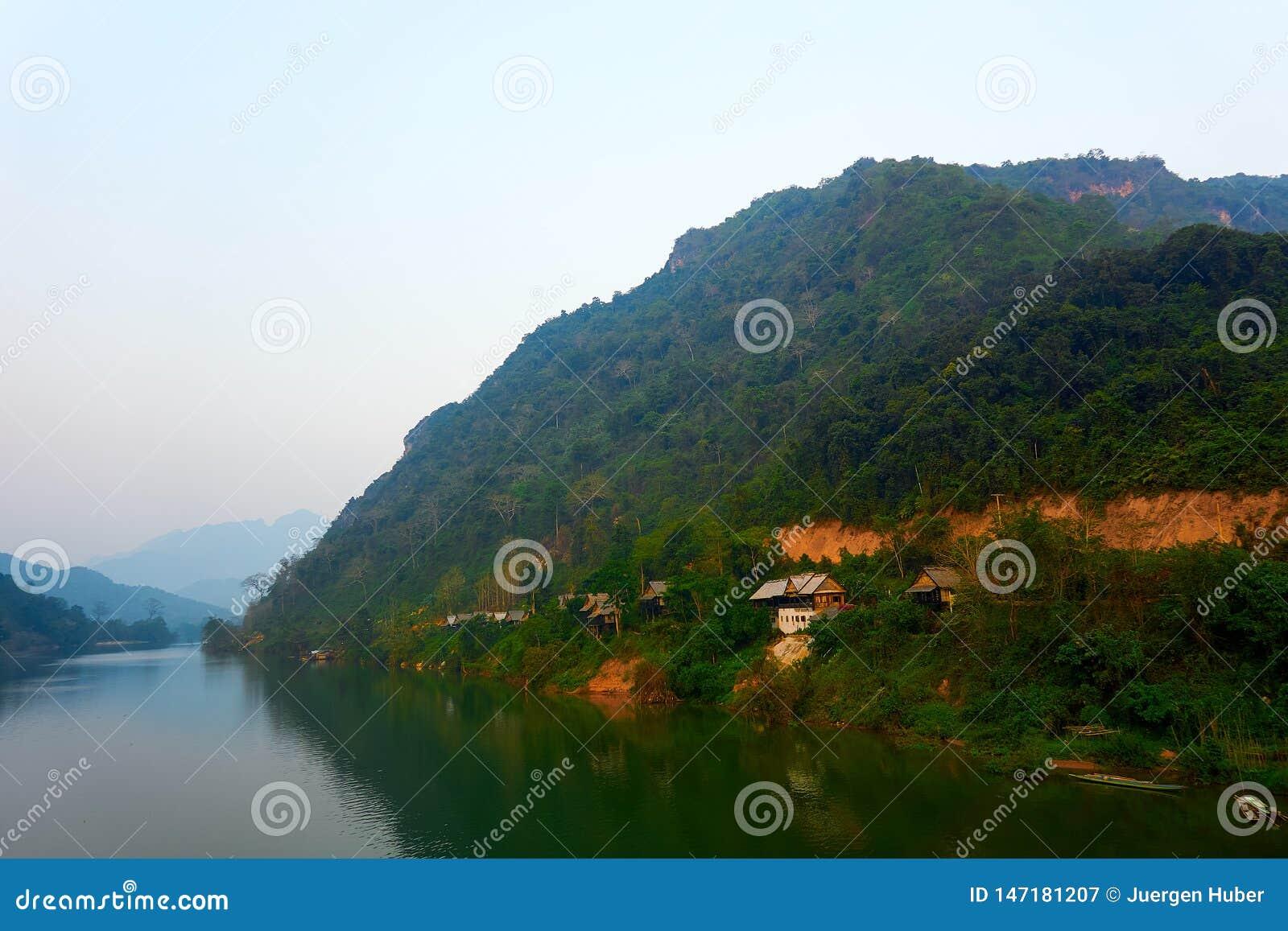 Huis in Nam Ou River in Nong Khiaw, Laos