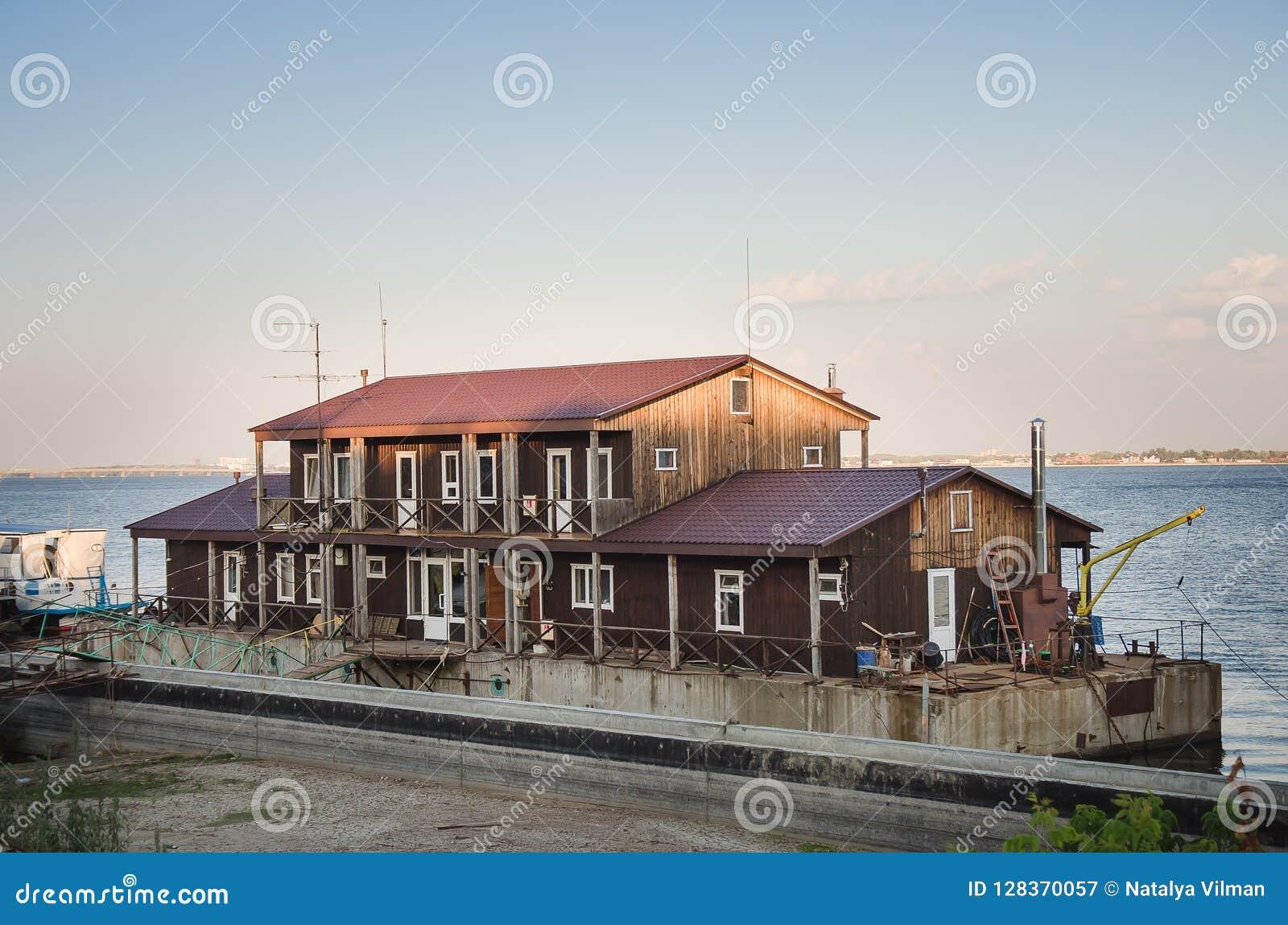 Huis op het water in horizontale de zomer
