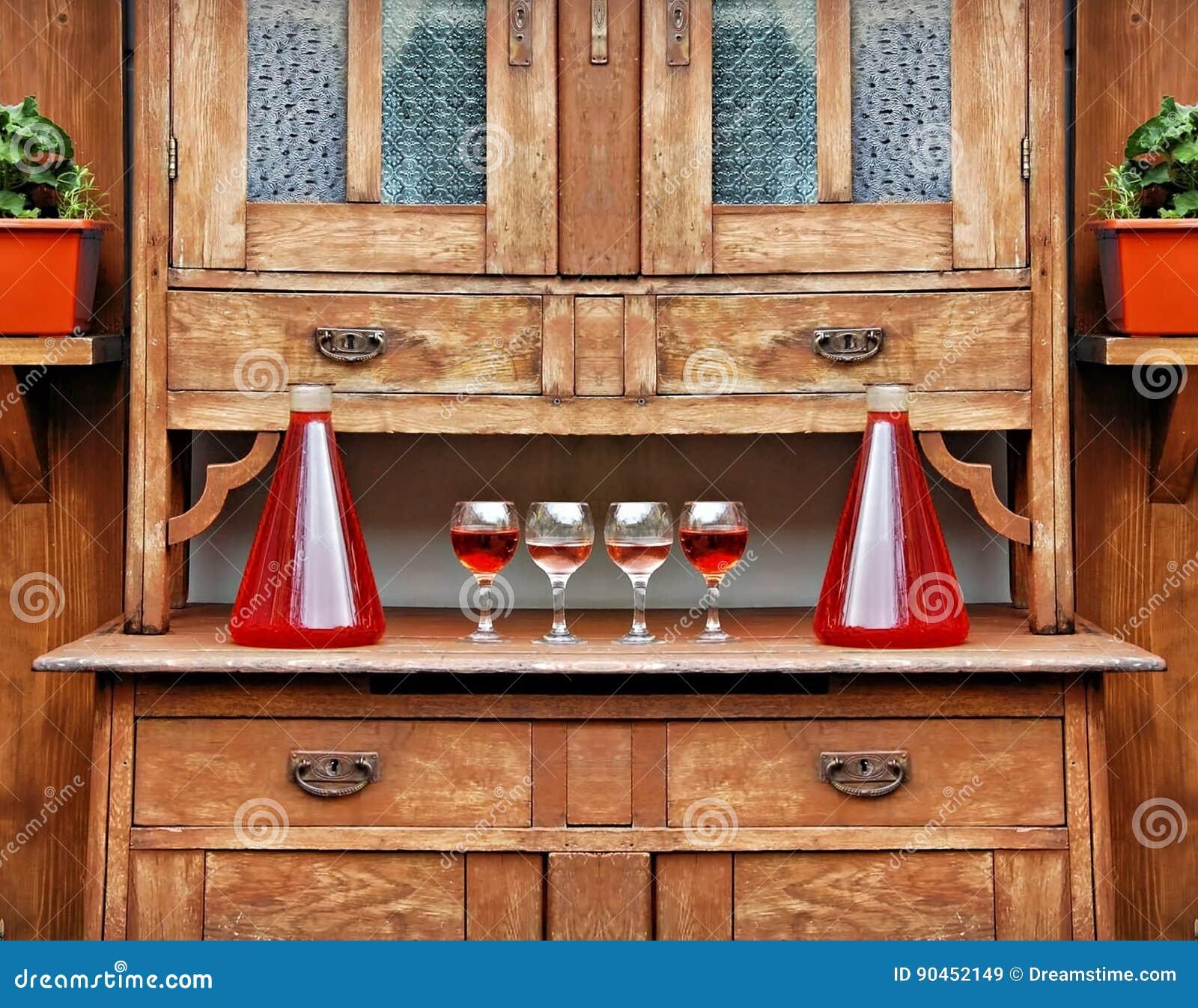 Huis Rode Wijn In Glazen En Flessen Op De Bovenkant Van De