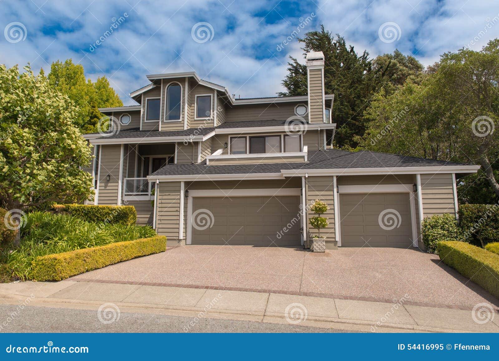 Huis van de twee verhaal het enige familie met oprijlaan stock afbeelding afbeelding 54416995 - Huis van het wereldkantoor newport ...