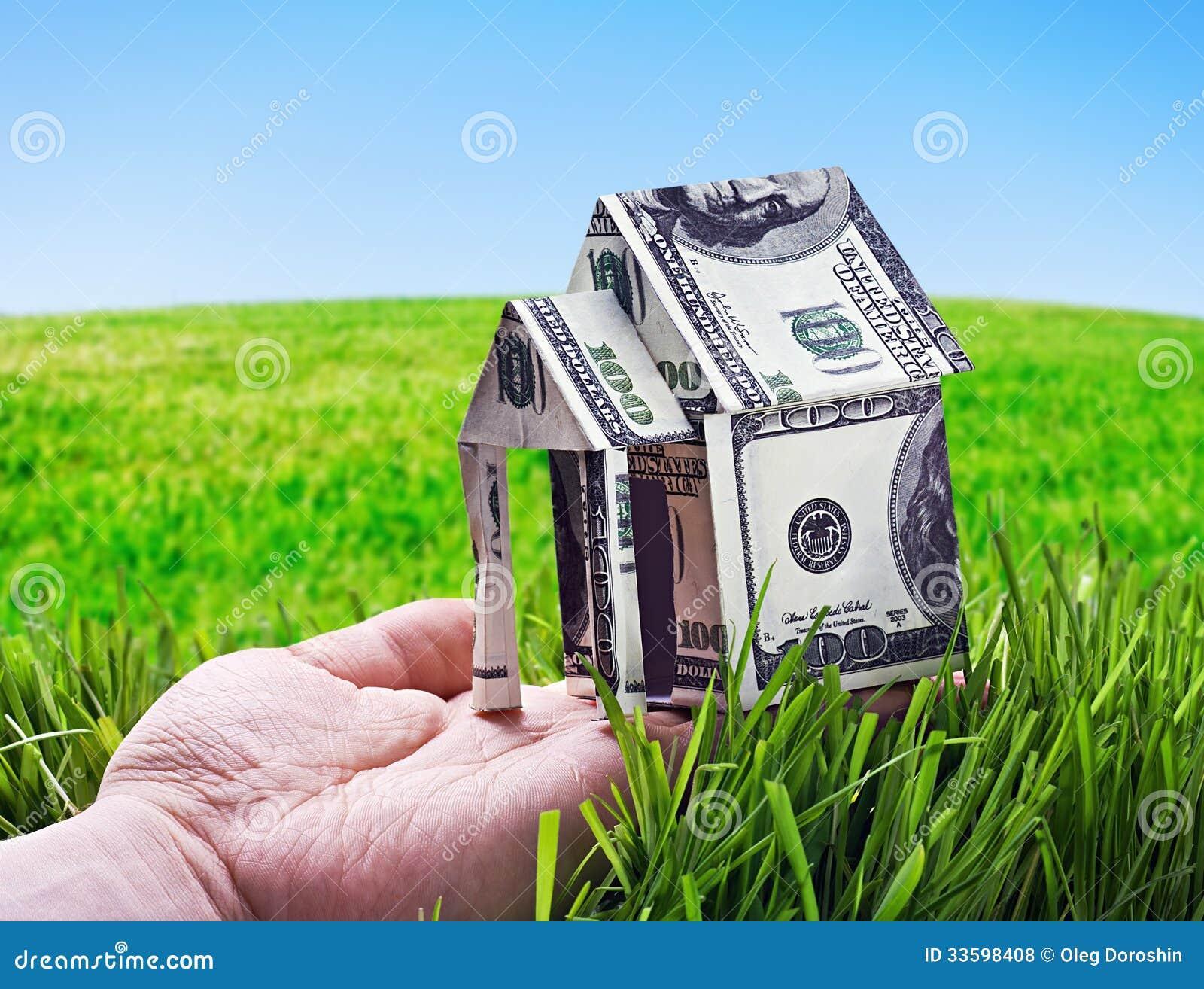 Huis van in hand die geld wordt gemaakt