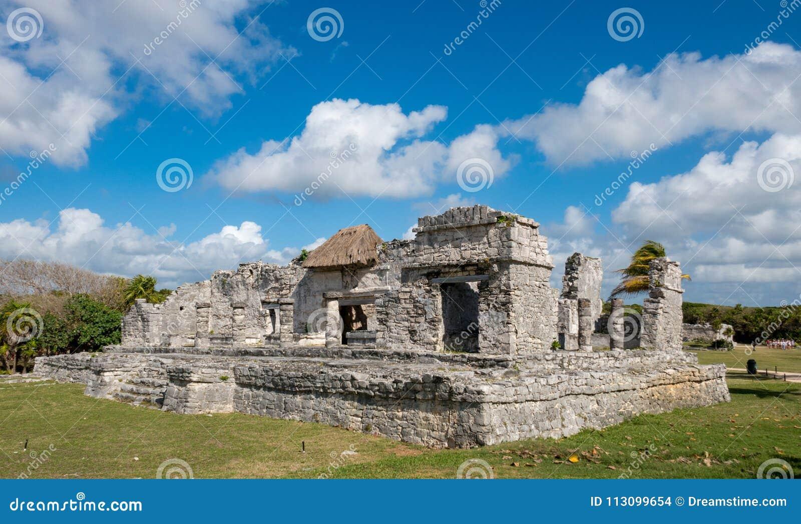 Huis van Kolommen met gedeeltelijk bewolkte hemel bij oude Mayan ruïnes van Tulum in Mexic