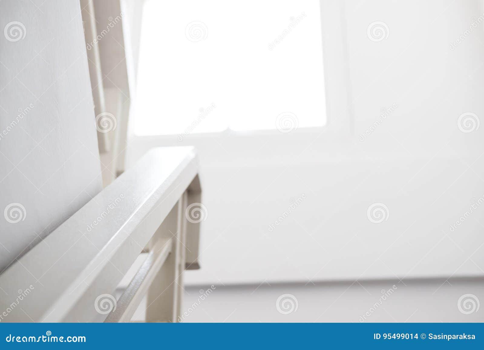 Huisbinnenland leuning met venster in de ochtend stock foto