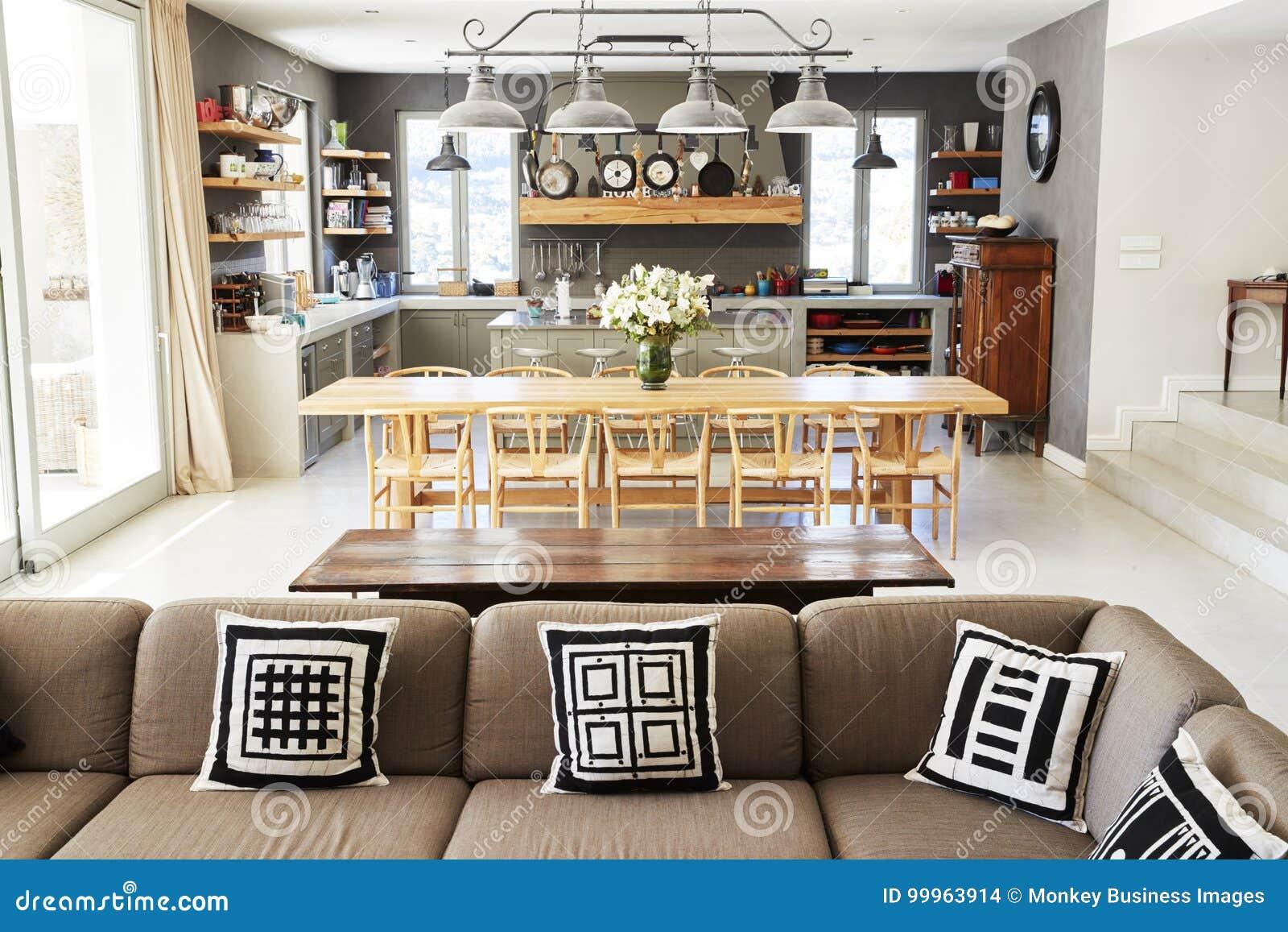 Huisbinnenland met open plankeuken zitkamer en het dineren gebied