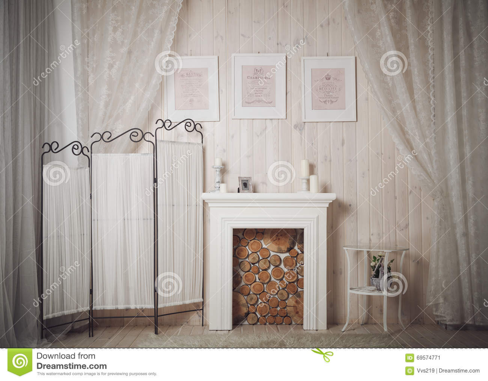 Huisbinnenland met witte open haard beelden en kaarsen stock